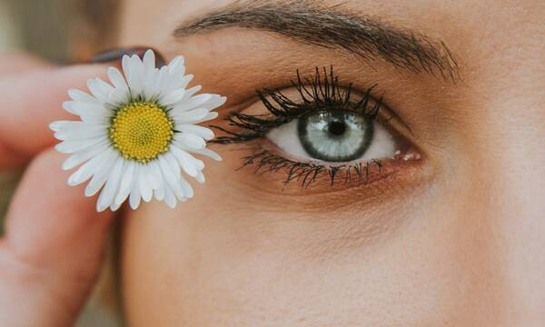 white petaled flower near woman eye - Kosmetik & Medical Beauty Gutschein-Shop